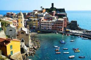 architecture méditerranéenne traditionnelle de vernazza, italie photo