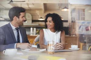 deux hommes d'affaires se rencontrent dans un café tourné par la fenêtre photo