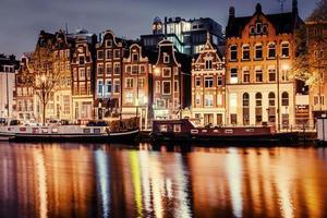 belle nuit à amsterdam. illumination nocturne des bâtiments photo