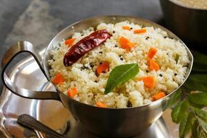 upma - petit-déjeuner végétarien indien du sud photo