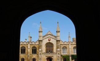 architecture classique encadrée par un arc. photo