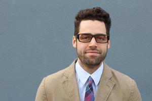 jeune homme intelligent en tenue élégante photo