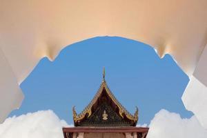 Temple bouddhiste dans la porte en arc de la province d'Ayuthaya (Ayutthaya