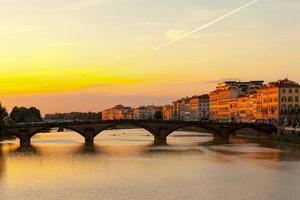 florence - ponte alla carraia au coucher du soleil