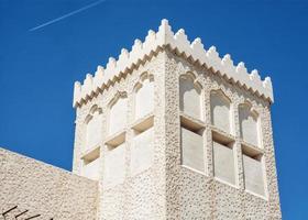 bâtiment dans la conception de l'architecture arabe et avion volant photo