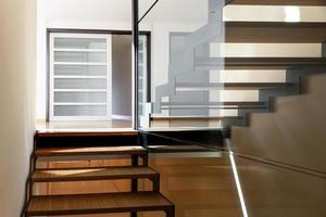 escalier d'une villa moderne photo