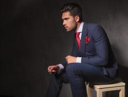 jeune, homme affaires, délassant, chaise photo