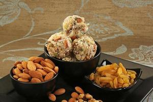 bonbons indiens fruits secs et ladoo noix de coco photo