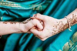 mariée hindoue indienne avec mehendi heena. photo