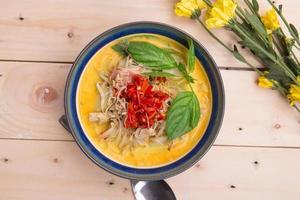 poulet au beurre indien au curry avec des feuilles de basilic