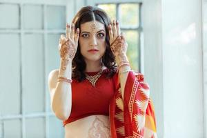 photo indienne sur les mains de la femme, décoration de la tradition mehendi
