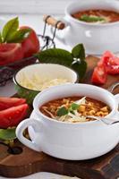 soupe aux lentilles, pâtes et tomates photo