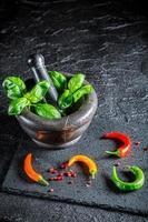 herbes et épices savoureuses dans un mortier photo