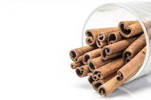 bâtons de cannelle dans un verre photo