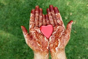 forme de coeur dans les mains de henné
