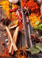 diverses épices sur bois photo