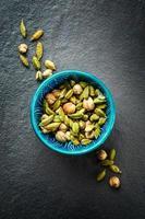 diverses épices de cardamome dans un bol turc authentique photo