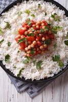 de riz avec gros plan de pois chiches et persil. vue de dessus verticale