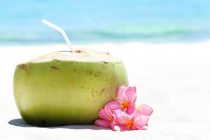 cocktail frais tropical sur la plage blanche photo