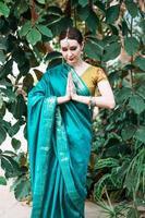 la jeune fille en costume indien bleu. photo