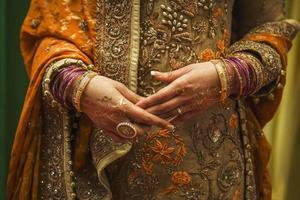 mariée indienne avec bijoux et henné photo