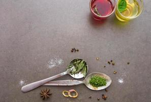 mélanger les épices et le fond d'herbes. photo