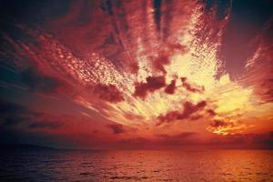 lever de soleil magique sur la mer photo
