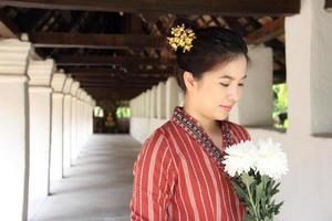 jeune femme thaïlandaise à l'ancien temple lanna