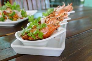 crevettes frites au persil et à l'échalote frite photo