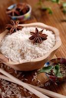 riz basmati dans un bol en bois