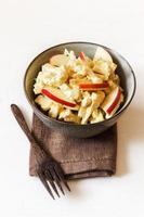 salade de chou-fleur au curry et pommes, végétalienne