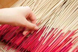 bâton de joss cueilli à la main au temple