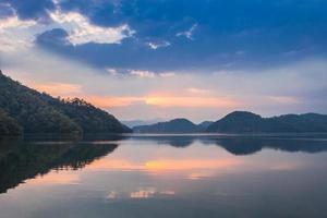 coucher de soleil au lac de Begnas photo