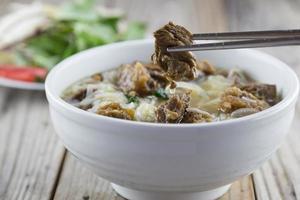 nouilles pho vietnamiennes avec poitrine de boeuf photo