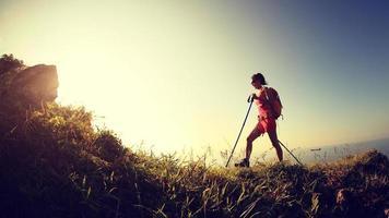 jeune femme, randonnée, sur, bord mer, montagne, piste