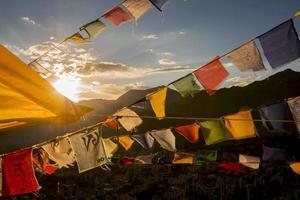 Drapeau du joueur sur le sommet du monastère de Tsangu Namgyal photo