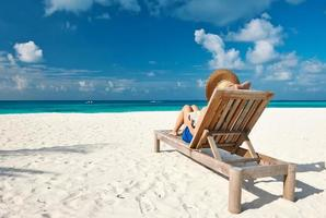 jeune femme, lecture livre, à, plage photo