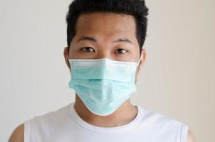 homme asiatique portant un masque facial photo
