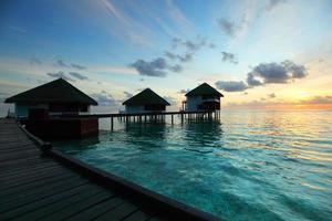 maisons des Maldives au lever du soleil photo