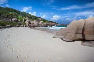 empreintes de pas dans le sable d'une plage solitaire photo