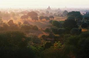 Champ de pagode au royaume de Bagan, Myanmar (Birmanie). photo