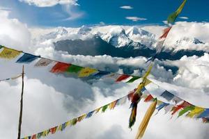 ganesh himal avec drapeaux de prières - népal photo