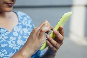 femme sud-asiatique à l'aide d'un smartphone.