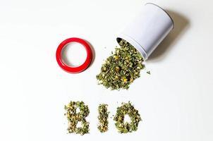 renversé pot de thé bio en vrac avec un couvercle rouge