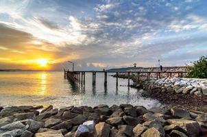 lever du soleil sur la mer au parc national de khao laem ya photo