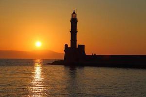 silhouette de phare au coucher du soleil chania crete