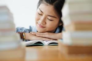 rêver dans la bibliothèque photo
