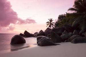 coucher de soleil sur la plage des seychelles à praslin