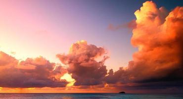 beau coucher de soleil aux maldives