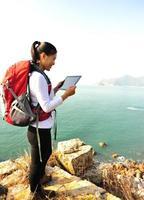 randonnée femme utiliser tablet pc bord de mer photo